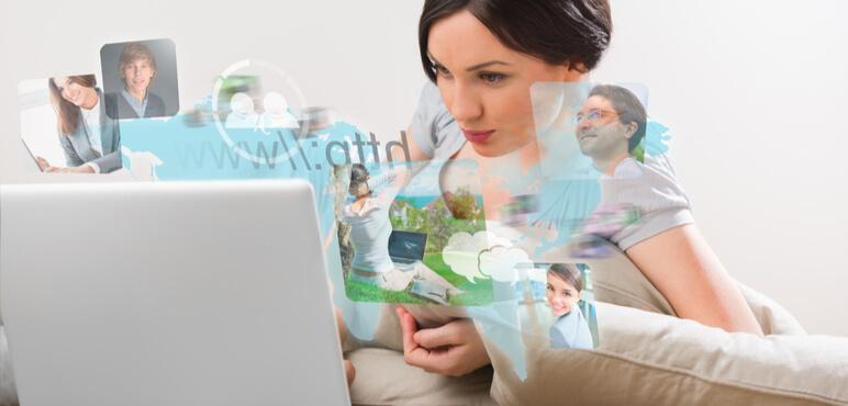 Güzel kadın modern dizüstü bilgisayar ile web'de sörf