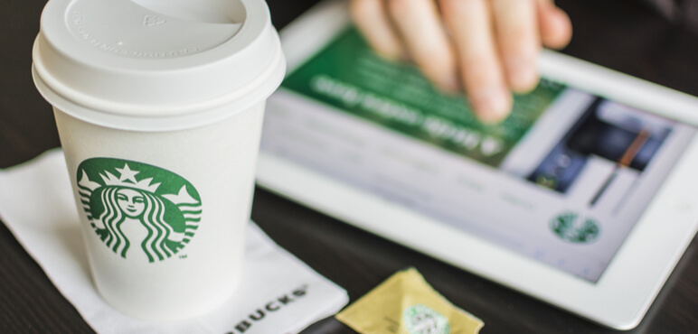 HILVERSUM, HOLLANDA - 06 Şubat 2014: Starbucks Corporation, Seattle, Washington merkezli bir Amerikan küresel kahve şirketi ve kahvehane zinciridir, 1971 yılında 62 ülkede mağazaları ile kurulmuştur.