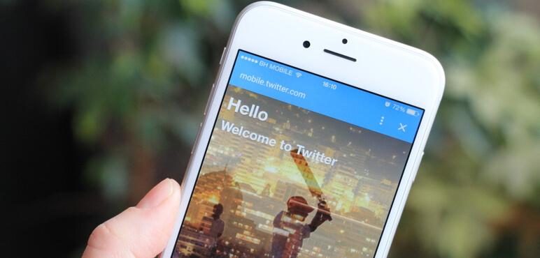 Kadın Apple iPhone 6'da Twitter simgelerini izle. Twitter, dünyanın en büyük ve en popüler sosyal ağ sitesidir.