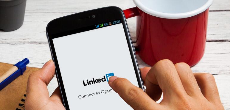 BANGKOK, TAYLAND - 14 Mart 2016: Ekranda Linkedin.com ana sayfasına sahip akıllı telefon. LinkedIn, iş odaklı bir sosyal ağ hizmetidir