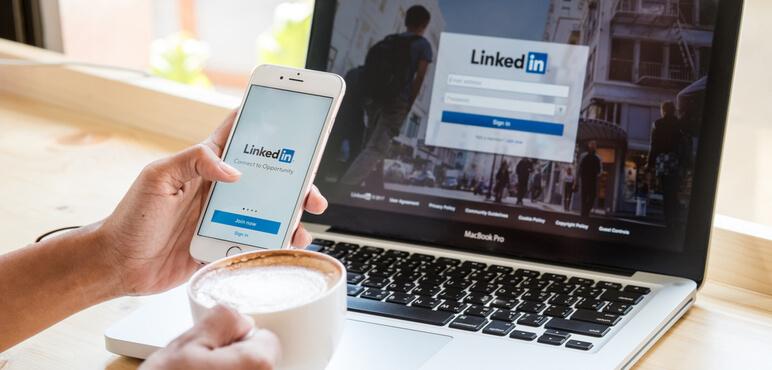 Bangkok. Tayland. 24 Ocak 2016. Ekranda LinkedIn uygulamasıyla Apple iPhone 6S tutan bir kadın.LinkedIn, akıllı telefonlar için bir fotoğraf paylaşım uygulamasıdır.